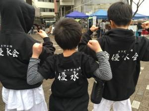 京都 伏見 優水会空手道 ここはづ市 パーカーを着てマッスルポーズ